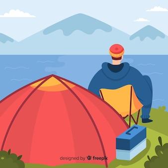 Hombre descansando en el campamento