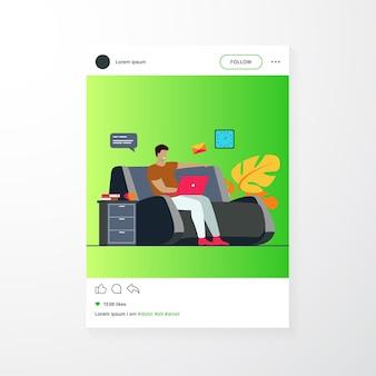 Hombre de dibujos animados sentado en casa con portátil aislado ilustración vectorial plana. joven empresario en sofá con computadora