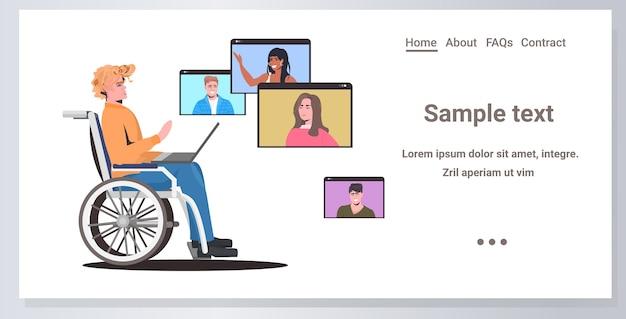 Hombre discapacitado en silla de ruedas charlando con amigos de la raza mixta en las ventanas del navegador web durante la videollamada reunión en línea concepto de auto aislamiento espacio de copia