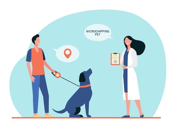 Hombre dueño de perro y mujer veterinaria con jeringa con chip y certificado de microchip