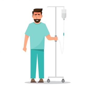 Hombre enfermo con bolsa de solución salina en el hospital