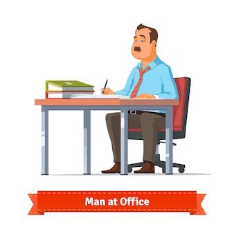Hombre escribiendo en la mesa de la oficina