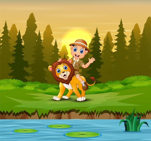 Hombre feliz cuidador del zoológico con un león en la selva
