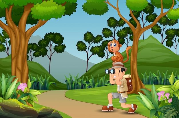 Hombre feliz explorador con un mono en la selva