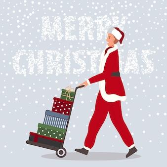 Hombre feliz con regalos de navidad en carretilla elevadora hombre vistiendo ropa de santa claus sobre fondo de nieve