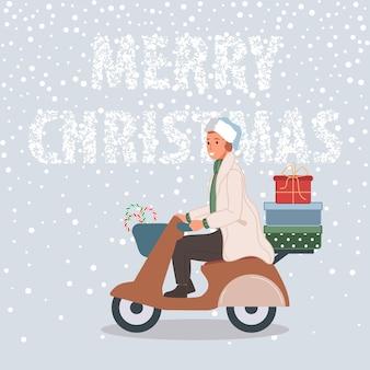 Hombre feliz con regalos de navidad en moto hombre vistiendo gorro de papá noel sobre fondo de nieve
