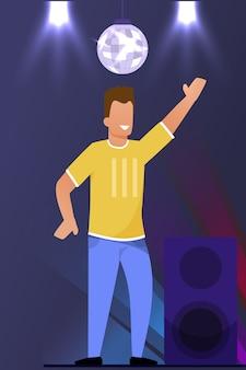 Hombre feliz sonriente bailando en dibujos animados de pista de baile