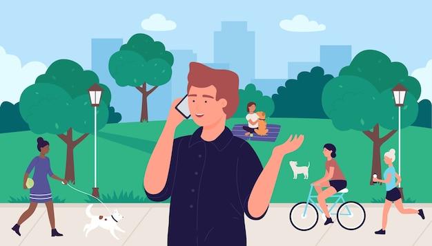 Hombre hablando por teléfono en el parque de verano