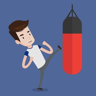 Hombre haciendo ejercicio con saco de boxeo.
