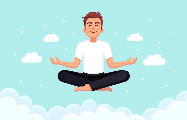 Hombre haciendo yoga en el cielo con nubes.