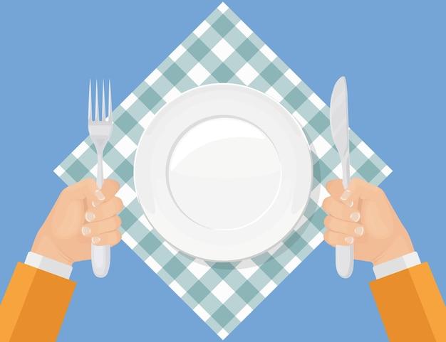 Hombre hambriento con tenedor y cuchillo. plato vacío sobre tela roja marcada. servicio de restaurante