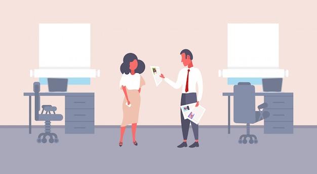 Hombre hr sosteniendo cv formulario haciendo preguntas a la mujer solicitante de empleo empresario reclutador empleador lectura reanudar nuevo candidato vacante concepto oficina interior horizontal