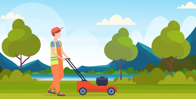 Hombre jardinero en uniforme de corte de césped con cortadora de césped concepto de jardinería hermoso río montañas paisaje fondo plano de longitud completa horizontal