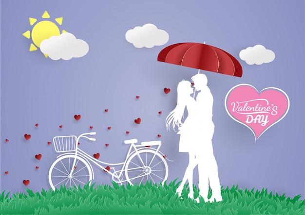 Un hombre joven abraza a su amante con la bicicleta.