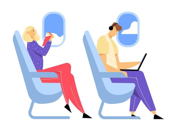 Hombre joven con auriculares sentado en un cómodo asiento de avión y trabajando en la computadora portátil