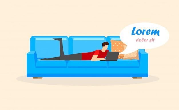 Hombre joven que miente en el sofá con la computadora portátil aislada.