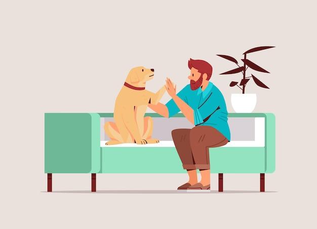 Hombre joven que pasa tiempo con el dueño del perro macho y la amistad linda del animal doméstico con la ilustración del vector de longitud completa horizontal del concepto del animal doméstico