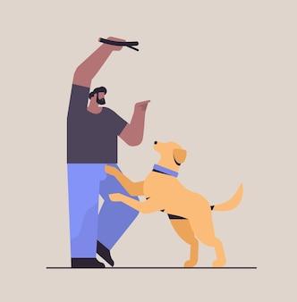 Hombre joven que pasa tiempo con el dueño del perro macho y lindo animal doméstico divirtiéndose amistad con el concepto de mascota ilustración vectorial de longitud completa