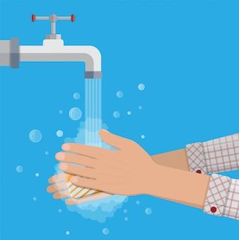 El hombre se lava las manos con jabón