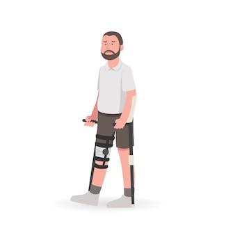 Hombre con lesión en la rodilla durante la rehabilitación