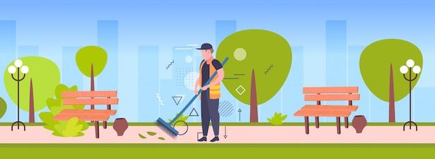 Hombre limpiador barriendo calle de hojas con escoba