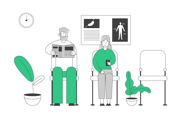 Hombre mayor y mujer sentada en la clínica, pacientes de edad avanzada que esperan una cita con el médico en el pasillo del hospital con carteles de ayuda y plantas en macetas.