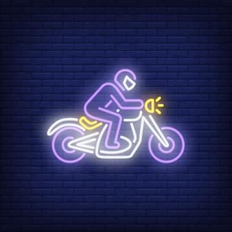 Hombre montando motocicleta en el fondo de ladrillo. estilo de neón