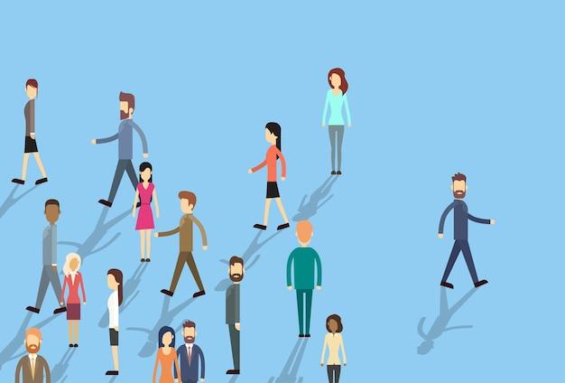 Hombre mover destacarse de multitud de personas de negocios individuales