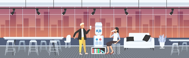 Hombre mujer agua potable cerca de colegas más frescos pareja refrescante durante el tiempo de descanso concepto moderno interior de la oficina horizontal de longitud completa