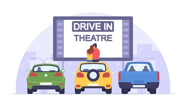 Hombre y mujer amorosos se sientan en el techo del automóvil, ven una película en el autocine