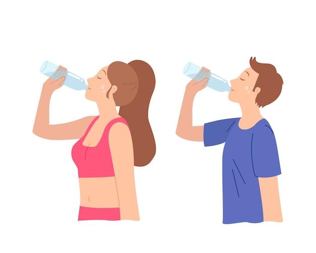El hombre y la mujer bebiendo de una botella de plástico en ropa deportiva.