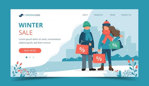 Hombre y mujer con bolsas de ventas en invierno.