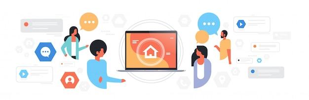 Hombre mujer chat burbuja comunicación personas usando la pantalla del portátil con la página de inicio concepto de red de medios sociales conversación de conversación