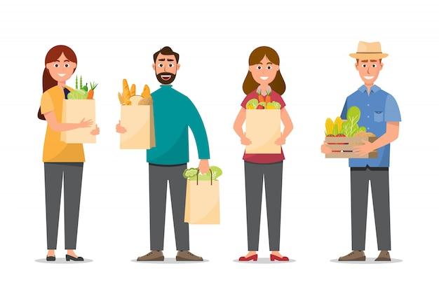 Hombre y mujer comprando y sosteniendo bolsas llenas de comida.