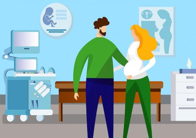 Hombre y mujer embarazada de pie en la sala de ultrasonido