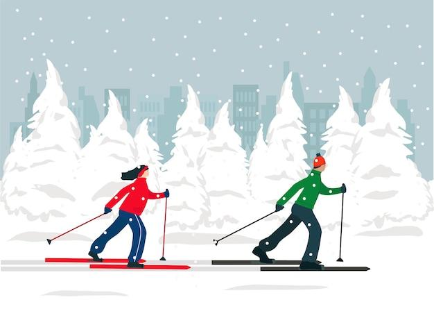 Un hombre y una mujer están esquiando en el bosque de invierno, la gente está activa. deportes, estilo de vida saludable.
