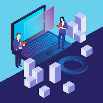 Un hombre y una mujer están revisando los datos de la computadora.