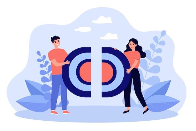 Hombre y mujer felices conectando piezas de rompecabezas, sosteniendo las mitades del objetivo