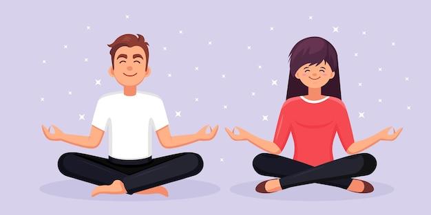 Hombre y mujer haciendo yoga yogi sentados en padmasana lotus plantean meditar relajante calmarse
