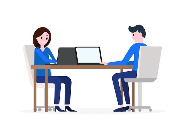 Hombre y mujer trabajando en computadoras portátiles