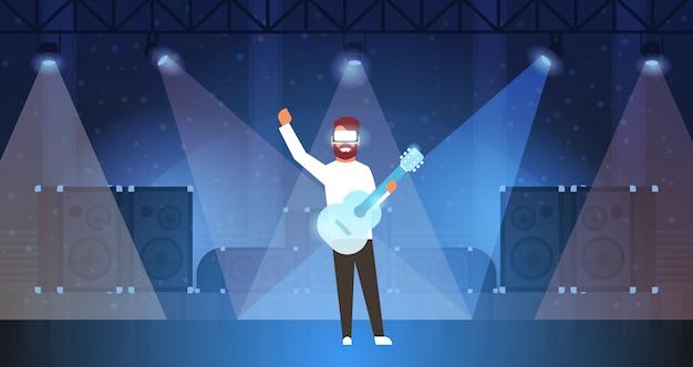 Hombre música guitarrista usar gafas digitales tocando la guitarra de realidad virtual en el escenario efectos de luz disco dance studio vr vision auriculares concepto de innovación plano horizontal
