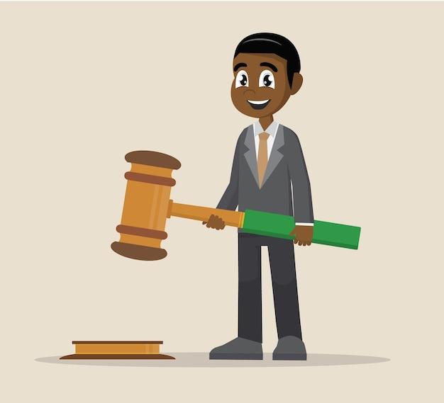 Hombre de negocios africano sostenga en manos la justicia del mazo.