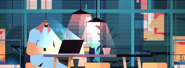 Hombre de negocios árabe con exceso de trabajo sentado en el lugar de trabajo hombre de negocios autónomo mirando la pantalla de la computadora en la noche oscura oficina en casa retrato horizontal ilustración vectorial