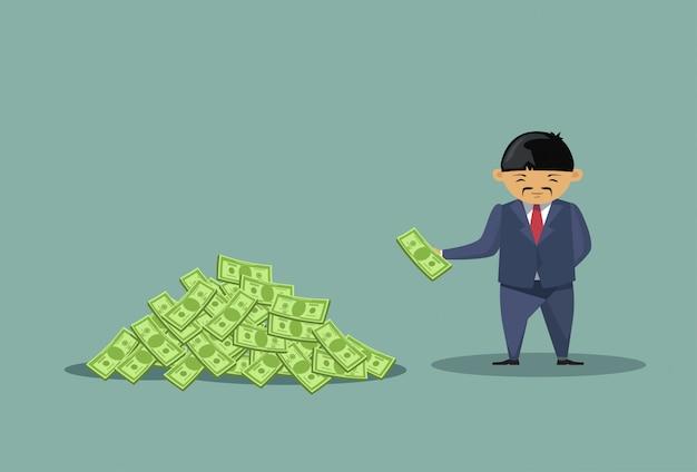 Hombre de negocios asiático lanzando dólares