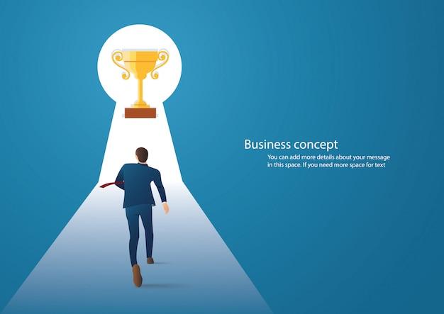 Hombre de negocios caminando en el trofeo en el ojo de la cerradura