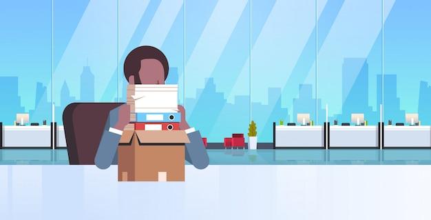 Hombre de negocios cansado con exceso de trabajo sentado en el lugar de trabajo escritorio con documentos de papel apilados hombre de negocios papeleo concepto de estrés moderno interior de la oficina retrato plano horizontal