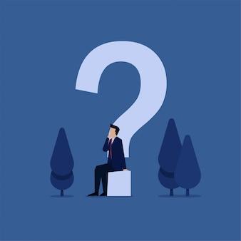El hombre de negocios del concepto plano del negocio se sienta debajo de la metáfora del signo de interrogación del pensamiento creativo.