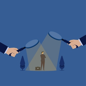 El hombre de negocios del concepto del vector plano del negocio bajo magnifica y confunde para elegir la metáfora de la decisión de contratación.