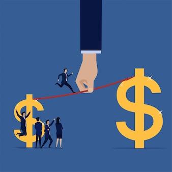 El hombre de negocios corre de ganancia pequeña a ganancia más grande. crecimiento de las ventas.