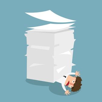 Hombre de negocios debajo del papel, concepto mucha ilustración de los trabajos.